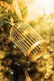 Goldene Weihnachtsdekoration auf Niederlassungen des Tannenbaums Lizenzfreie Stockbilder
