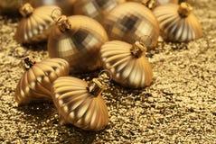 Goldene Weihnachtsdekorationen lizenzfreie stockfotos