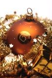 Goldene Weihnachtsdekorationen Stockfotos