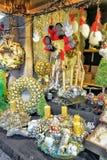 Goldene Weihnachtskränze am Riga-Weihnachtsmarkt Stockfotografie