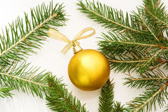 Goldene Weihnachtskugel Stockfotos