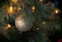Goldene Weihnachtskugel lizenzfreies stockfoto