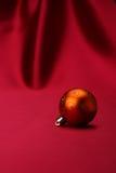 Goldene Weihnachtskugel Stockfotografie