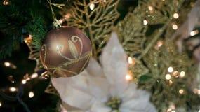 Goldene Weihnachtskugel Lizenzfreie Stockfotos