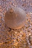 Goldene Weihnachtskugel auf den hellen Perlen Lizenzfreies Stockfoto