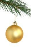 Goldene Weihnachtskugel, die vom Weihnachtsbaum hängt Lizenzfreie Stockfotos