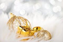 Goldene Weihnachtskugeln auf abstraktem Hintergrund lizenzfreie stockfotografie
