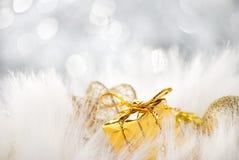Goldene Weihnachtskugeln mit Geschenk stockfoto