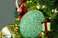Goldene Weihnachtsverzierung Stockfotos