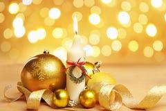 Goldene Weihnachtsverzierung und -kerze Lizenzfreie Stockbilder