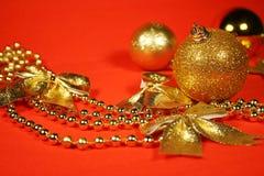 Goldene Weihnachtsverzierungen Stockbild