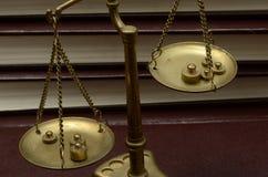 Goldene wiegende Skala Stockbilder