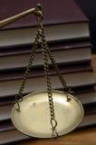 Goldene wiegende Skala Stockfotos
