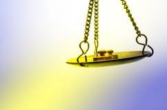 Goldene wiegende Skala Stockbild