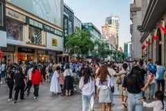 Goldene Woche Chinas - chinesische Touristen beim Jianghan Einkauf pedest stockfotografie