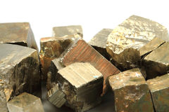 Goldene Würfel (Pyritmineral) Stockfotografie