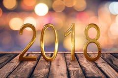 2018, goldene Zahlen auf hölzerner Tabelle mit unscharfem Lichtgoldzusammenfassungshintergrund Stockfotos