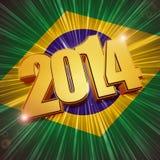 Goldene Zahlen des neuen Jahres 2014 über glänzender brasilianischer Flagge Stockbilder