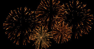 Goldene Zusammenfassungsblinkenschein-Feierfeuerwerke beleuchtet auf schwarzem Hintergrund, festliches guten Rutsch ins Neue Jahr Lizenzfreie Stockfotografie