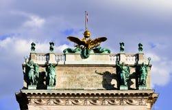 Goldener Adler und Skulpturen in vorherrschender Lage Stockfotos