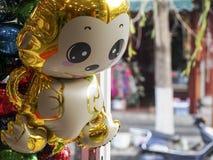 Goldener Affe-Ballon im Verkauf für Chinesisches Neujahrsfest Stockbilder