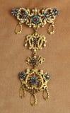 Goldener Anhänger mit Perlen und precios Steinen Stockfotografie