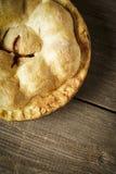 Goldener Apfelkuchen auf rustikalem Barnwood Stockbilder