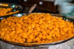 Goldener Ball der Süßigkeit an Hand, thailändischer Nachtisch Lizenzfreies Stockfoto