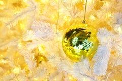 Goldener Ball-Flitter-reflektierender Schnee blättert auf Weihnachtsbaum ab Lizenzfreies Stockfoto