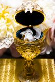 Goldener Behälter und Ringe lizenzfreies stockfoto