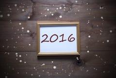 Goldener Bilderrahmen mit 2016 und Schneeflocken Stockfotografie