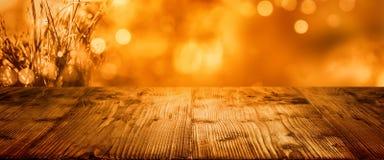 Goldener bokeh Herbsthintergrund mit Tabelle lizenzfreies stockfoto
