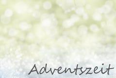 Goldener Bokeh-Weihnachtshintergrund, Schnee, Adventszeit bedeutet Advent Season Lizenzfreies Stockfoto