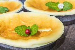 Goldener brauner einfacher Käsekuchen Stockbild