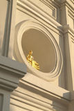 Goldener Buddha auf Kreisfenster Lizenzfreie Stockbilder