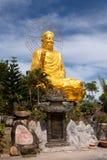 Goldener Buddha, der den goldenen Lotos hält Lizenzfreie Stockfotografie