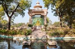 Goldener Buddha im Park Stockfotografie