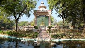 Goldener Buddha im Park stock footage