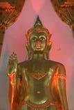 Goldener Buddha innerhalb des thailändischen Tempels Lizenzfreie Stockfotos