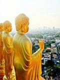 Goldener Buddha mit dem Sehung die Lage der Welt lizenzfreies stockfoto