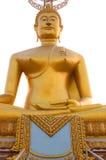 Goldener Buddha-Spektralkontrast mit dem Himmel und den Wolken Stockfotos