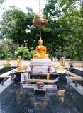 Goldener Buddha und Schülerstatue im Park Lizenzfreie Stockbilder