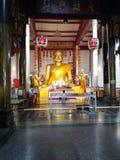 Goldener Buddha und Schülerstatue im Tempel Chinesisches langue ist Zitate über das Leben Dieser Bildname Sompohkong Lizenzfreie Stockbilder