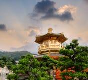 Goldener Buddhismuskontrollturm mit Himmel und Leuchte Lizenzfreie Stockbilder