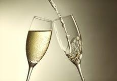 Goldener Champagnerspritzenhintergrund des aniversary oder neuen Jahres Stockfotos