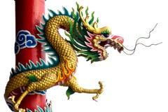 Goldener chinesischer Doppeldrache eingewickelt um roten Pol auf Isolathintergrund Stockfoto