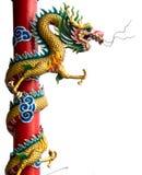 Goldener chinesischer Doppeldrache eingewickelt um roten Pol auf Isolathintergrund Lizenzfreies Stockfoto