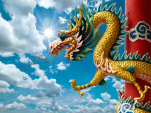 Goldener chinesischer Drache und heller Himmel Lizenzfreie Stockfotografie