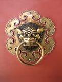 Goldener chinesischer Tür-Schlag Stockfotos