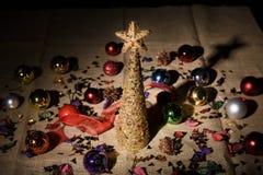 Goldener dekorativer Weihnachtsbaum Stockbild